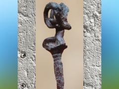 D'après une épingle en cuivre à tête de bouc, fondue à la cire perdue, vers 3300 ans avjc, Suse (Iran actuel), Mésopotamie. (Marsailly/Blogostelle)