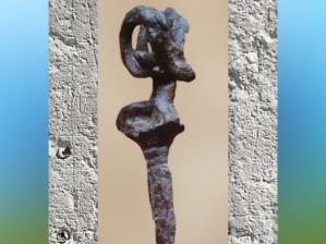 D'après une épingle en cuivre à tête de bouc, fondue à la cire perdue, vers 3300 ans avjc, Suse Iran actuel, Orient ancien. (Marsailly/Blogostelle)