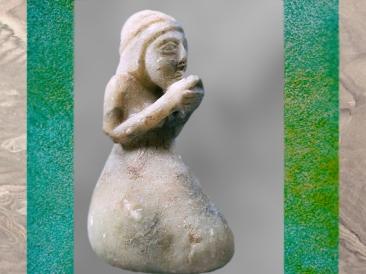 D'après une orante, femme en prière, vers 3200 avjc, époque d'Uruk, Suse, Pays d'Élam, Iran actuel, Orient ancien. (Marsailly/Blogostelle)