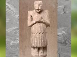 D'après un Orant vêtu du kaunakès, vers 2500 ans avjc, albâtre, époque des dynasties archaïques, Suse. (Marsailly/Blogostelle)