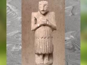 D'après un orant vêtu du kaunakès, vers 2500 ans avjc, albâtre, époque des dynasties archaïques sumériennes, Suse,pays d'Élam, Orient ancien. (Marsailly/Blogostelle)
