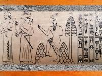D'après une scène d'adoration et d'offrande, sceau de Lugal-Ushumgal, deuxième moitié du IIIe millénaire avjc, bulle de Tello, Irak, Mésopotamie. (Marsailly/Blogostelle)