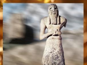 D'après la statuette du prince Ginak, vers 2700-2600 avjc, époque des dynasties archaïques, gypse, Sumer, Mésopotamie. (Marsailly/Blogostelle)