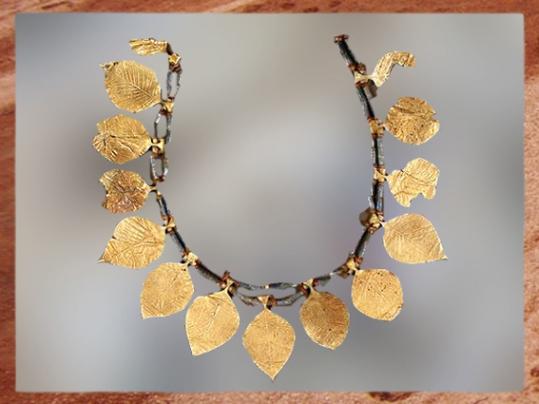 D'après une parure en or, à feuilles de chêne, vers 2600 -2500 avjc, dynasties archaïques, tombes royales d'Ur, Sumer, Irak actuel, Mésopotamie. (Marsailly/Blogostelle)