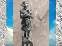 D'après une figurine d'orant, personnage en prière, vers 2500-2350 avjc, Mésopotamie. (Marsailly/Blogostelle)