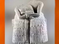 D'après la statuette votive d'un couple enlacé, vers 2250 avjc, dynasties archaïques, gypse, cité de Mari, Syrie actuelle, Mésopotamie. (Marsailly/Blogostelle)