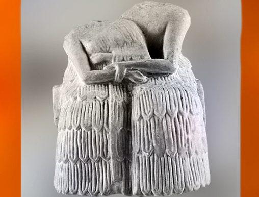 D'après une statuette votive, couple enlacé,gypse, vers 2250 avjc,cité de Mari, Syrie actuelle,époque des dynasties archaïques sumériennes, Mésopotamie. (Marsailly/Blogostelle)