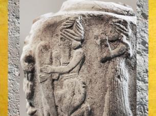 D'après un galet de fondation, dieu et déesse avec un cône ou un clou de fondation, vers 2100 avjc, Suse, Iran actuel, Orient ancien. (Marsailly/Blogostelle)