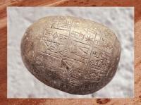 D'après un galet commémoratif, roi En-anatum de Lagash, élévation de temple, vers 2400 avjc, Tello, antique Girsu, Mésopotamie, Irak actuel. (Marsailly/Blogostelle)