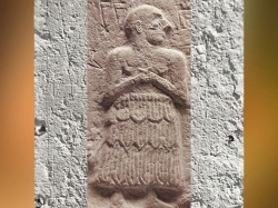 D'après le relief votif d' Ur-Nanshe, le prince de Lagash porte le Kaunakès, vers 2550-2500 avjc, dynasties archaïques sumériennes, Mésopotamie. (Marsailly/Blogostelle)