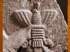 D'après l'Aigle de Ningirsu, Im-dugud, détail, stèle d'Eannatum, roi de Lagash, vers 2450 avjc,dynasties archaïques sumériennes, antique Girsu, Tello, Irak actuel, Mésopotamie. (Marsailly/Blogostelle)