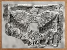D'aprèsImdugud,l'Aigle du dieu Ningirsu, relief votif perforé, albâtre, dynasties archaïques sumériennes, Girsu-Tello, Irak actuel, Mésopotamie. (Marsailly/Blogostelle)