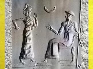 D'après le roi d'Ur divinisé (possible Ur-Nammu), une déesse, et le symbole du dieu Lune Nanna (Sîn), glyptique, détail, vers 2100 avjc, époque de la IIIe dynastie d'Ur, Irak actuel, Mésopotamie. (Marsailly/Blogostelle)