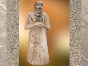D'après un homme en prière, barbe et robe en trapèze, albâtre, vers 2750–2600 avjc, époque des dynasties archaïques, Mésopotamie. (Marsailly/Blogostelle)
