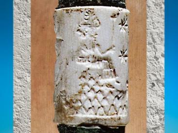 D'après une divinité sur une montagne, coquille et alliage de cuivre, sceau-cylindre, vers 2200-2159 avjc, Mari, Syrie, Mésopotamie. (Marsailly/Blogostelle)