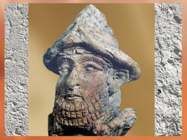 D'après un dieu mésopotamien, avec sa coiffe à cornes, Girsu-Tello, vers 2100 avjc, Irak actuel, époque de la IIIe dynastie d'Ur, Irak actuel, Mésopotamie. (Marsailly/Blogostelle)