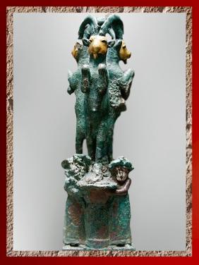 D'après un trio de Bouquetins, support de coupe, bronze, or et argent, vers 2000 ans avjc, première dynastie de Babylone, Larsa, Irak actuel, Mésopotamie. (Marsailly/Blogostelle)