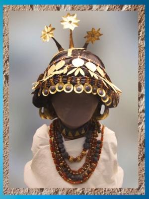 D'après la coiffe de la reine Puabi,tombes royales d'Ur, vers 2600-2500 avjc, période des dynasties archaïques sumériennes, Ur, Irak actuel, Mésopotamie. (Marsailly/Blogostelle)