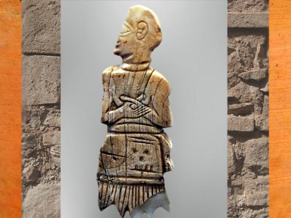 D'après un personnage, nacre, motif au nom d'Akurgal, fils du roi Ur-Nanshe, vers 2500 avjc, Girsu-Tello, actuel Irak, époque des dynasties archaïques sumériennes, Mésopotamie. (Marsailly/Blogostelle)