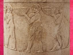 D'après un vase cultuel à libations, détail, porteurs d'offrandes, culte à Inanna, albâtre, Uruk, vers 3500-3000 ans avjc, Irak actuel, Mésopotamie. (Marsailly/Blogostelle)