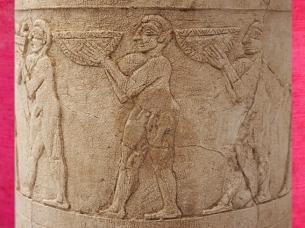 D'après un vase à libations, culte d'Inanna, porteurs d'offrandes, albâtre, détail, Uruk, vers 3500-3000 ans avjc, Irak actuel, Mésopotamie. (Marsailly/Blogostelle)