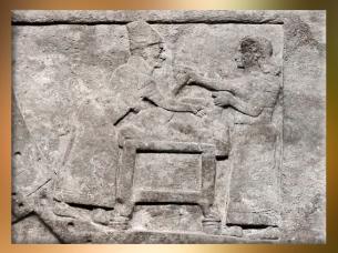 D'après une scène de Divination, devin et assistant préparent un sacrifice divinatoire, détail, relief du Palais de Nimrod, IXe siècle avjc, Assyrie, Orient ancien. (Marsailly/Blogostelle)
