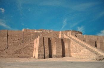 D'après les vestiges restaurés de la ziggurat érigée par Ur-Nammu, vers 2100 avjc, époque de la IIIe dynastie d'Ur, Irak actuel, Mésopotamie. (Marsailly/Blogostelle)