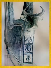 D'après une harpe-taureau, argent,décor incrusté, arbre sacré et lions chasseurs, vers 2600 avjc, sépulture de la reine Puabi,tombes royales d'Ur,période des dynasties archaïques sumériennes, Ur, Irak actuel, Mésopotamie. (Marsailly/Blogostelle)
