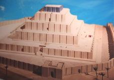 D'après une maquette la ziggurat de Dur-Untash, XIVe siècle avjc, actuel Tchoga Zanbil, Suse. (Marsailly/Blogostelle)
