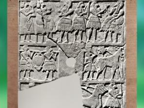 D'après le relief perforé dit du Nouvel An, banquet, porteurs et char, vers 2700 avjc, Temple Ovale, Khafadjé, Mésopotamie. (Marsailly/Blogostelle)