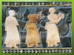 D'après un Étendard à scènes cultuelles, les libations, détail, coquille, fin du IIIe millénaire avjc, Mari, Tell Hariri, actuelle Syrie. (Marsailly/Blogostelle)