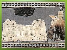 D'après un Étendard à scènes cultuelles, les offrandes, détail, coquille, fin du IIIe millénaire avjc, Mari, Tell Hariri, actuelle Syrie. (Marsailly/Blogostelle)