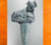 D'après un clou de fondation-taureau, bronze, vers 2100 avjc, vers 2100 avjc, Girsu-Tello, Irak actuel, Mésopotamie. (Marsailly/Blogostelle)