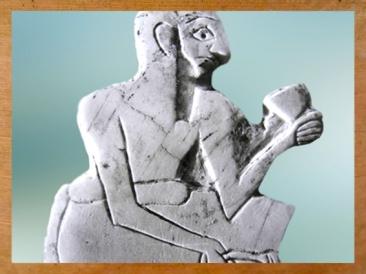 D'après le convive d'un banquet, coupe à la main, coquille, temple de Ninni-Zaza, vers 2500-2300 ans avjc, Mari, Tell Hariri, actuelle Syrie, Orient ancien. (Marsailly/Blogostelle)