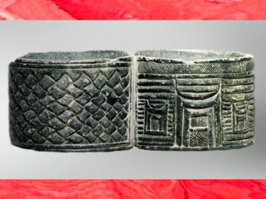 D'après un vase double en pierre, chlorite, décor de vannerie et architecture, IIIe millénaire avjc, pays d'Élam,Iran, Orient ancien. (Marsailly/Blogostelle)