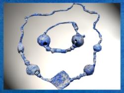 D'après une parure en lapis-lazuli, temple d'Ishtar, vers 2500-2300 ans avjc, Mari, Tell Hariri, actuelle Syrie. (Marsailly/Blogostelle)