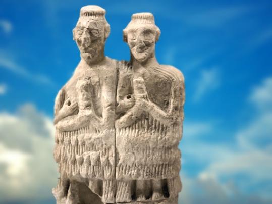D'après un couple de musiciens, albâtre, vers 2500 - 2400 avjc, temple d'Ishtar, Mari, Tell Hariri, actuelle Syrie, Orient ancien. (Marsailly/Blogostelle)