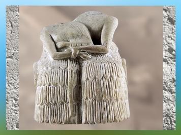 D'après un couple assis sur un banc, gypse, temple d'Ishtar, Mari, Tell Hariri, actuelle Syrie, Orient ancien. (Marsailly/Blogostelle)