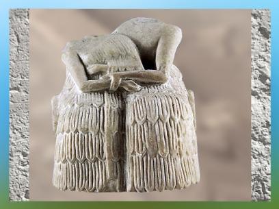 D'après un couple assis sur un banc, gypse, temple d'Ishtar, Mari, Tell Hariri, actuelle Syrie. (Marsailly/Blogostelle)