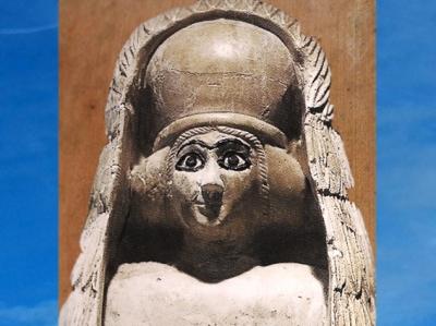 D'après une orante, à haute coiffe, voile et kaunakès, albâtre, vers 2500-2400 avjc, temple d'Ishtar, Mari, Tell Hariri, actuelle Syrie, Orient ancien. (Marsailly/Blogostelle)