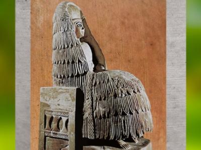 D'après une statuette d'orante, à haute coiffe, voile et kaunakès, albâtre, vers 2500-2400 avjc, temple d'Ishtar, Mari, Tell Hariri, actuelle Syrie, Orient ancien. (Marsailly/Blogostelle)