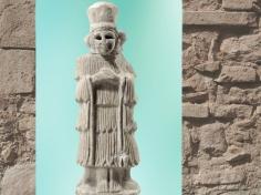 D'après une statuette d'orante ou officiante, à haute coiffe, albâtre, vers 2500 - 2400 avjc, temple d'Ishtar, Mari, Tell Hariri, actuelle Syrie, Orient ancien. (Marsailly/Blogostelle)