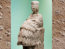 D'après une statuette de prêtresse à haute coiffe, albâtre, vers 2500 - 2400 avjc, temple d'Ishtar, Mari, Tell Hariri, actuelle Syrie. (Marsailly/Blogostelle)
