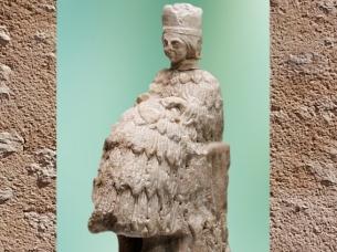 D'après une statuette de prêtresse à haute coiffe, albâtre, vers 2500-2400 avjc, temple d'Ishtar, Mari, Tell Hariri,actuelle Syrie, Orient ancien. (Marsailly/Blogostelle)