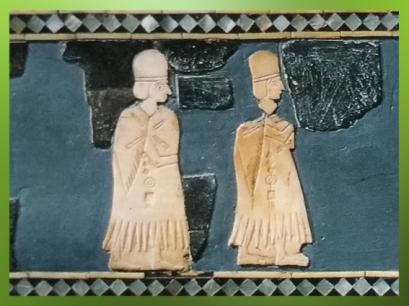 D'après des officiantes ou prêtresses à haute coiffe, détail Etendard, temple dit de Dagan, Mari, fin IIIe millénaire avjc, Tell Hariri, actuelle Syrie. (Marsailly/Blogostelle)