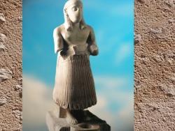 D'après une statue d'orant, brèche rosée, vers 2500-2300 avjc, temple Ninni-Zaza, Mari, actuelle Syrie. (Marsailly/Blogostelle)