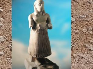 D'après une statue d'orant, brèche rosée, vers 2500-2300 avjc, temple de Ninni-Zaza, Mari, Tell Hariri, actuelle Syrie, Orient ancien. (Marsailly/Blogostelle)