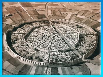 D'après une reconstitution de la cité de Mari et son plan circulaire, IIIe millénaire avjc, Tell Hariri, actuelle Syrie, Orient ancien. (Marsailly/Blogostelle)