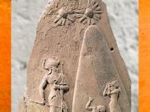 D'après la stèle de victoire de Naram-Sîn, symboles célestes, vers -2250 ans avjc, Agadé, butin de Suse. (Marsailly/Blogostelle)