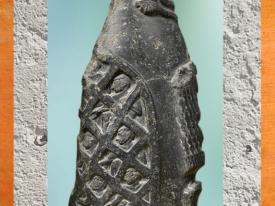 D'après la stèle de victoire d'un roi d'Agadé, diorite, vers 2335-2280 avjc, période Sargon d'Akkad. (Marsailly/Blogostelle)